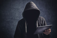 有数字式片剂计算机的匿名无法认出的人 图库摄影