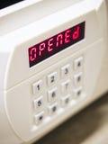 有数字式被打开的标志的安全箱子 免版税库存照片