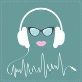 有数字式轨道的线形绳子白色耳机 太阳镜和桃红色嘴唇爱音乐卡片 平的设计 免版税库存照片