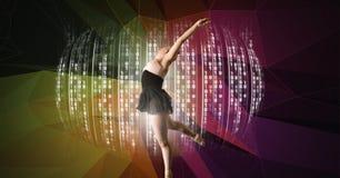 有数字技术接口和五颜六色的背景的舞蹈家 免版税库存照片