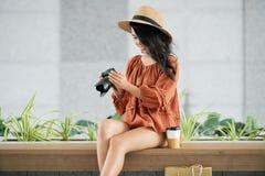 有数字照相机的俏丽的妇女 图库摄影