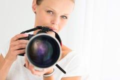 有数字照相机的俏丽,女性摄影师 免版税图库摄影