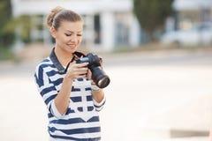 有数字照相机的女性摄影师 免版税库存照片