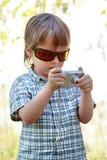 有数字照相机的男孩 免版税库存图片