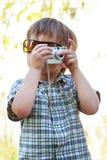 有数字照相机的男孩 库存照片