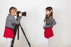 有数字照相机的年轻摄影师 免版税库存照片