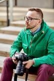 有数字照相机的年轻行家人在城市 库存照片