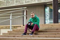 有数字照相机的年轻行家人在城市 免版税库存照片