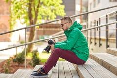 有数字照相机的年轻行家人在城市 库存图片