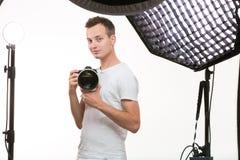 有数字照相机的- DSLR年轻赞成摄影师 免版税库存照片