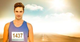 有数字的公赛跑者在路的衬衣反对天空和太阳 免版税库存图片