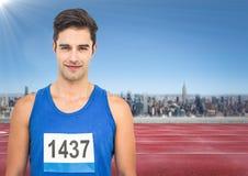 有数字的公赛跑者在轨道的衬衣反对地平线 库存照片