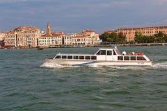 有数字的VE 8505白色小船在威尼斯,意大利 免版税库存图片
