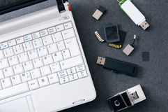 有数据存储辅助部件的白色膝上型计算机 免版税图库摄影