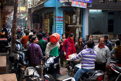 有数百的拥挤街道人和motocycles在世界最旧的城市 免版税库存图片