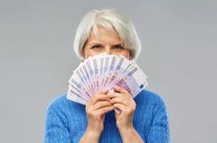 有数百的资深妇女欧元金钱钞票 图库摄影