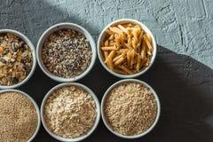 有整个五谷碳水化合物、燕麦、糙米、种子、奎奴亚藜和整个五谷面团的碗 整个五谷谷物 免版税库存图片