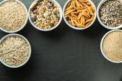 有整个五谷碳水化合物、燕麦、糙米、种子、奎奴亚藜和整个五谷面团的碗 整个五谷谷物 免版税图库摄影