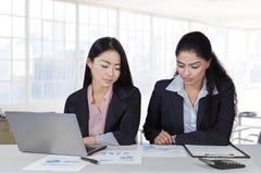 有文书工作的两名雇员在办公室 免版税库存图片