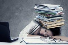 有文书工作的沮丧的女工 免版税库存图片
