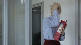 有文件夹的少妇沿大公司走廊走 股票录像