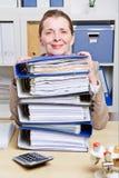 有文件的高级女商人 免版税库存图片