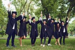 有文凭纸卷的学生毕业生  库存照片