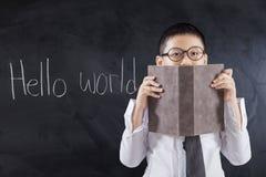 有文本你好世界和书的男孩 免版税图库摄影