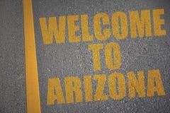 有文本欢迎的柏油路向在黄线附近的亚利桑那 免版税图库摄影