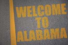 有文本欢迎的柏油路向在黄线附近的阿拉巴马 库存图片