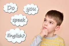 有文本的年轻男孩您讲在想法泡影的英语 库存照片