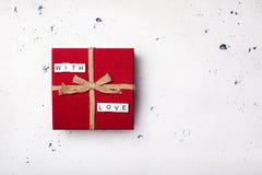有文本的葡萄酒红色礼物盒充满在白色背景的爱 库存图片