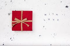 有文本的葡萄酒红色礼物盒充满在白色背景的爱 库存照片
