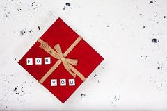 有文本的葡萄酒红色礼物盒您的白色背景的 免版税库存照片