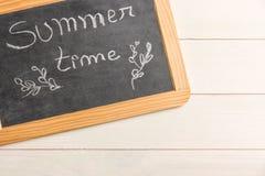 有文本的黑板它是在木黑板的夏时 免版税图库摄影