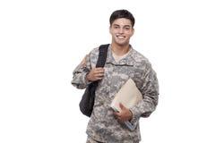 有文件和背包的微笑的美军士兵 免版税库存照片