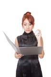 有文件夹和一张被弄皱的纸的恼怒的亚裔女勤杂工 免版税库存照片