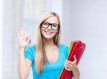 有文件夹的微笑的学生 库存照片