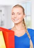 有文件夹的年轻可爱的女实业家 免版税库存照片