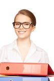 有文件夹的年轻可爱的女实业家 库存图片