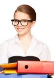 有文件夹的年轻可爱的女实业家 免版税图库摄影