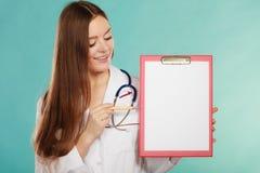 有文件夹的年轻医生 免版税库存照片