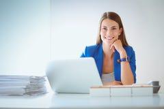 有文件的妇女坐书桌 免版税库存照片