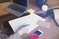 有文件纸板料的女实业家在顶楼现代办公室,研究便携式计算机 队工作,商人 免版税库存图片