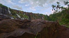 从有斑点的石头的行动到瀑布Panagarh小瀑布 影视素材