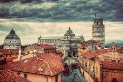 有斜塔全景的比萨大教堂 独特的屋顶视图 免版税库存照片