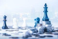 有斯汤顿国际象棋棋局例如上面和覆盖物的国王有都市风景图象的硬币堆的两次曝光图象 免版税库存照片