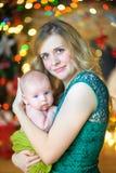 有新出生的儿子的母亲 库存照片