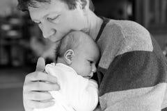 有新出生的小女儿的,家庭画象愉快的骄傲的年轻父亲一起 免版税图库摄影