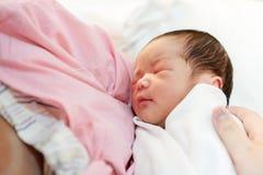 有新出生的婴孩的亚裔母亲在医院 免版税图库摄影